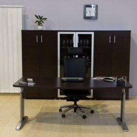 Egyoldalon kerekített asztalok LUX fémlábbal