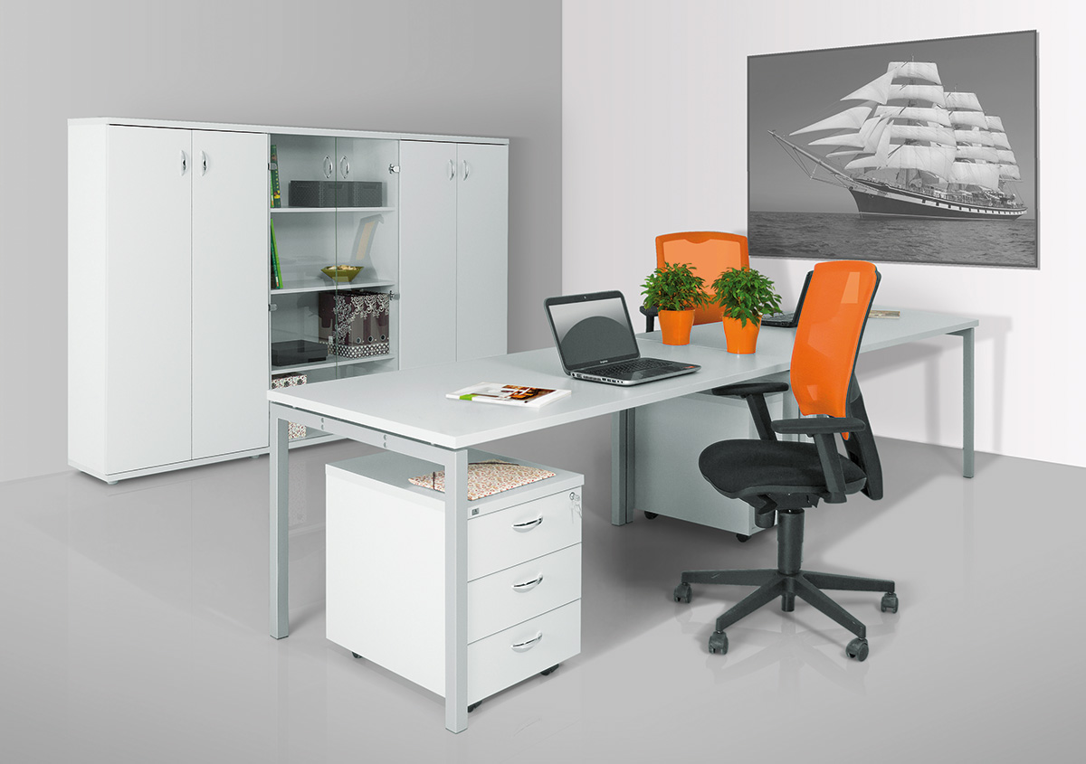 Világosszürke íróasztalok Corner fémlábbal