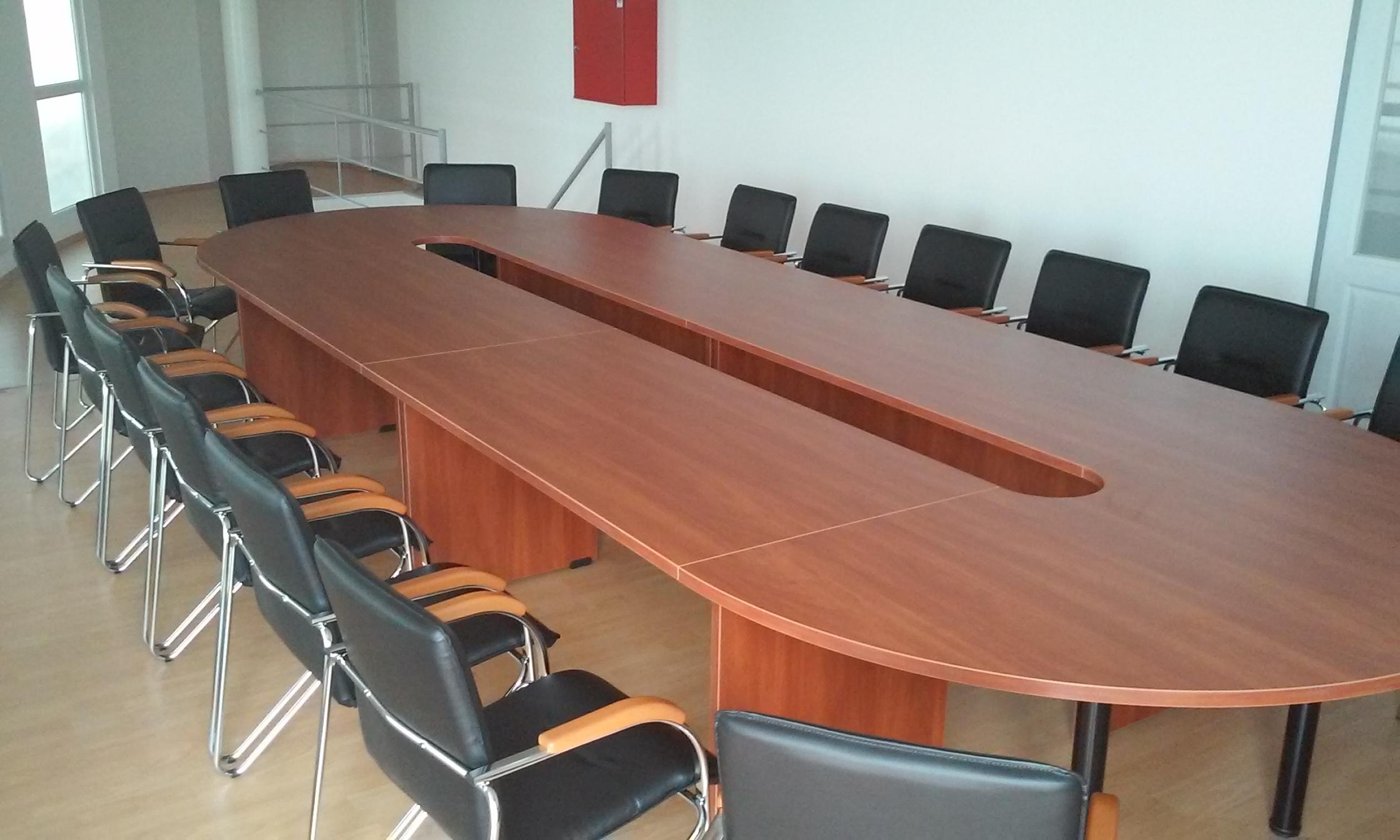 Egyedi kialakítású ovális tárgyalóasztal